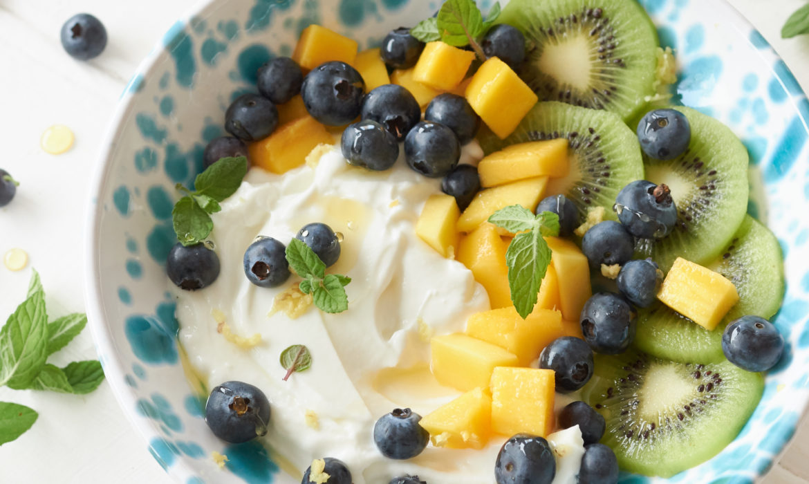 YOGURT GRECO CON MANGO, MIRTILLI, KIWI E GINGER