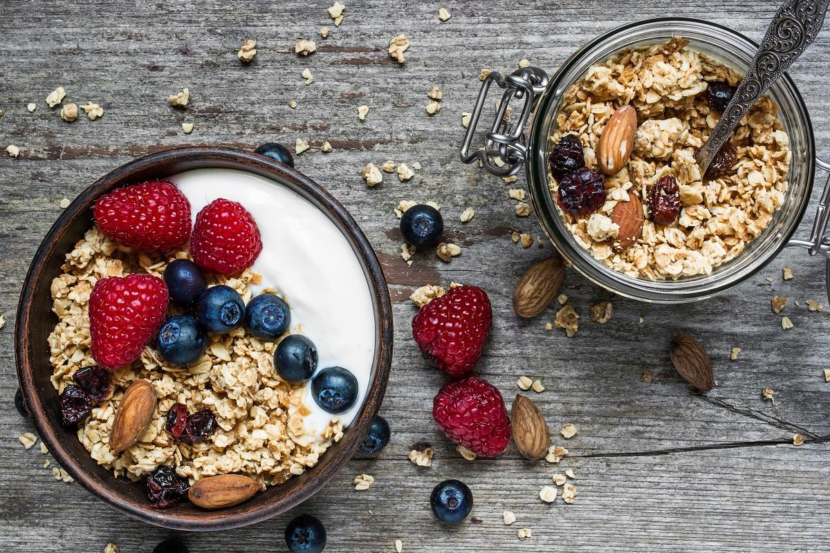 yogurt greco a colazione con frutta