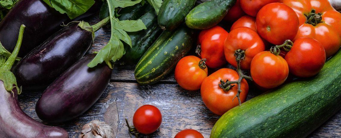 Le migliori verdure di agosto da abbinare alla feta a cubetti
