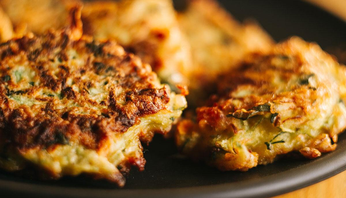 Per un aperitivo perfetto, prova le frittelle di bietole e feta!