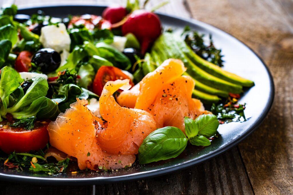 feta e salmone in insalata