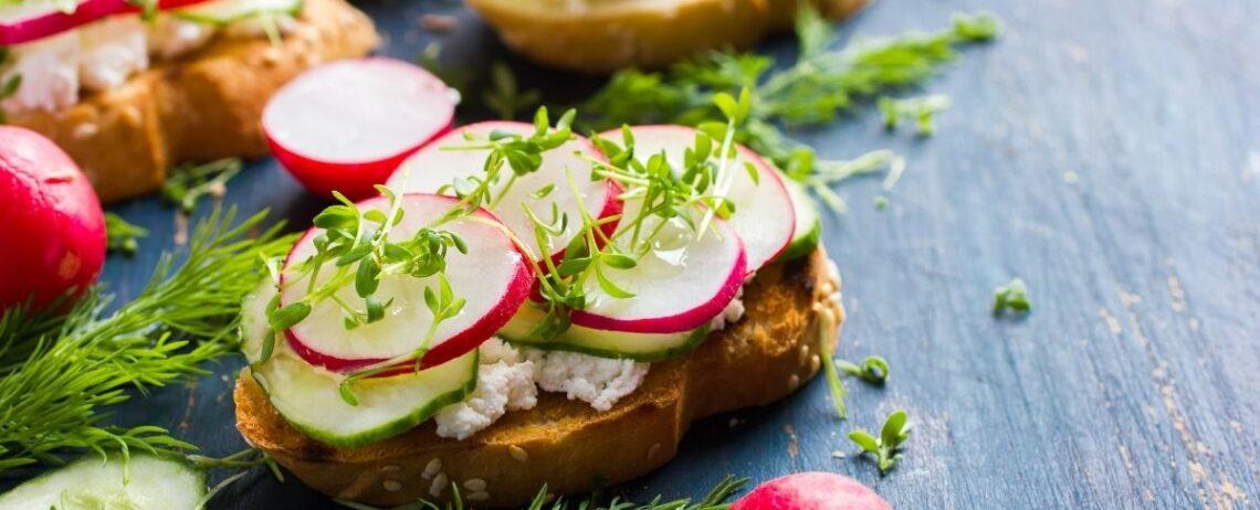 Antipasti vegetariani estivi: ricette facili e veloci con feta e yogurt greco